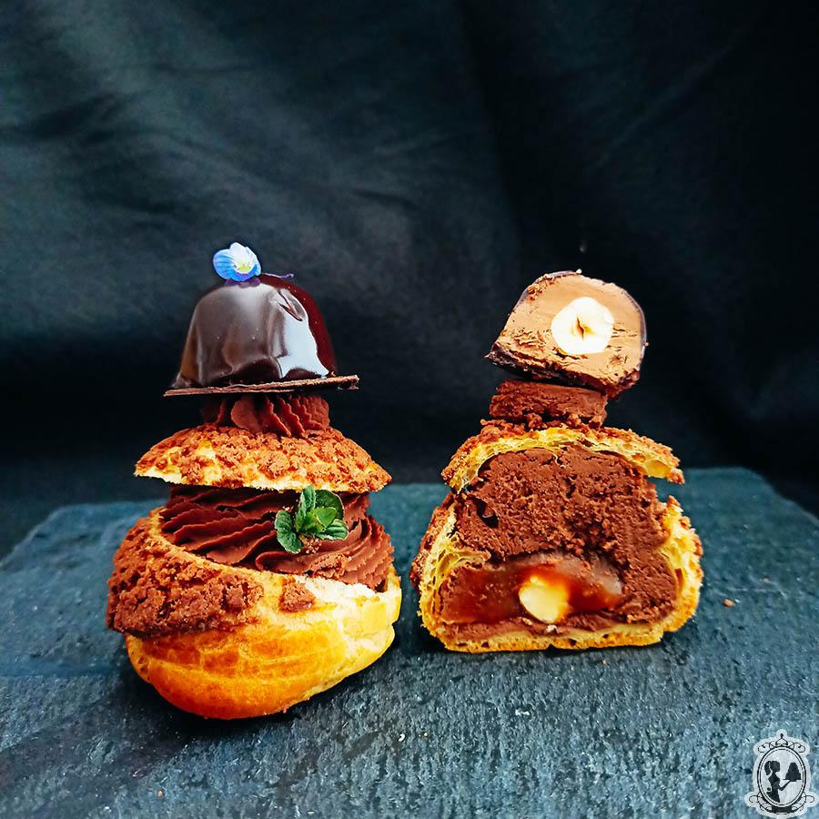 Čokoladni profiteroli s karamelno sredico in lešnikovim klobučkom